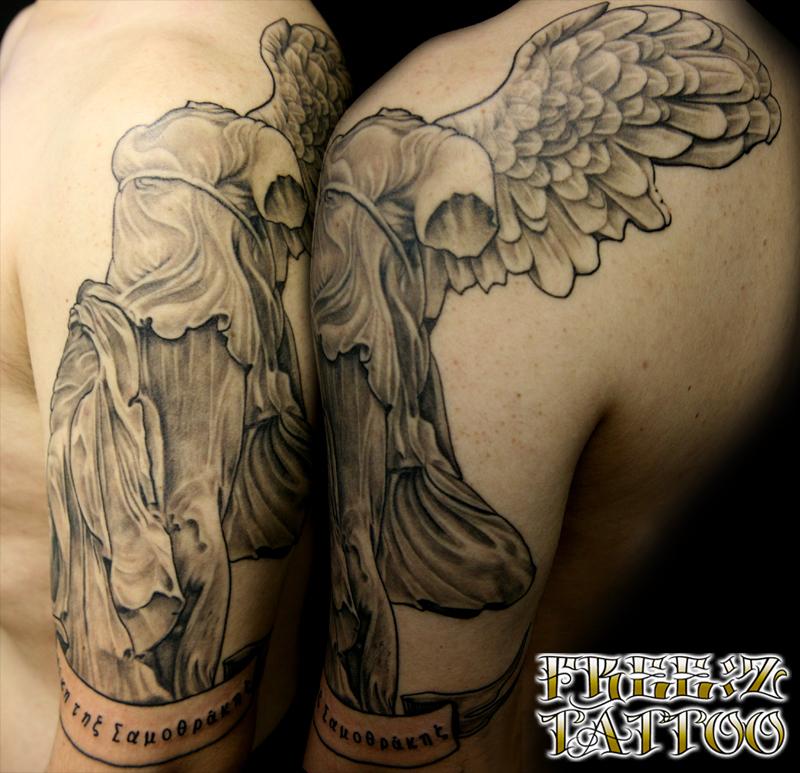 サモトラケのニケ像のポートレイト ブラック&グレイ タトゥー
