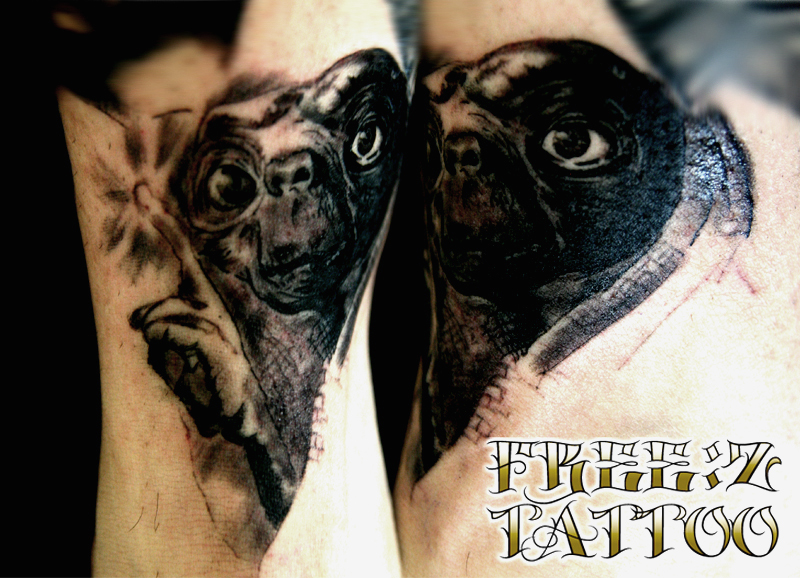 E.Tのポートレイトを足首に キャラクター ブラック&グレイ タトゥー